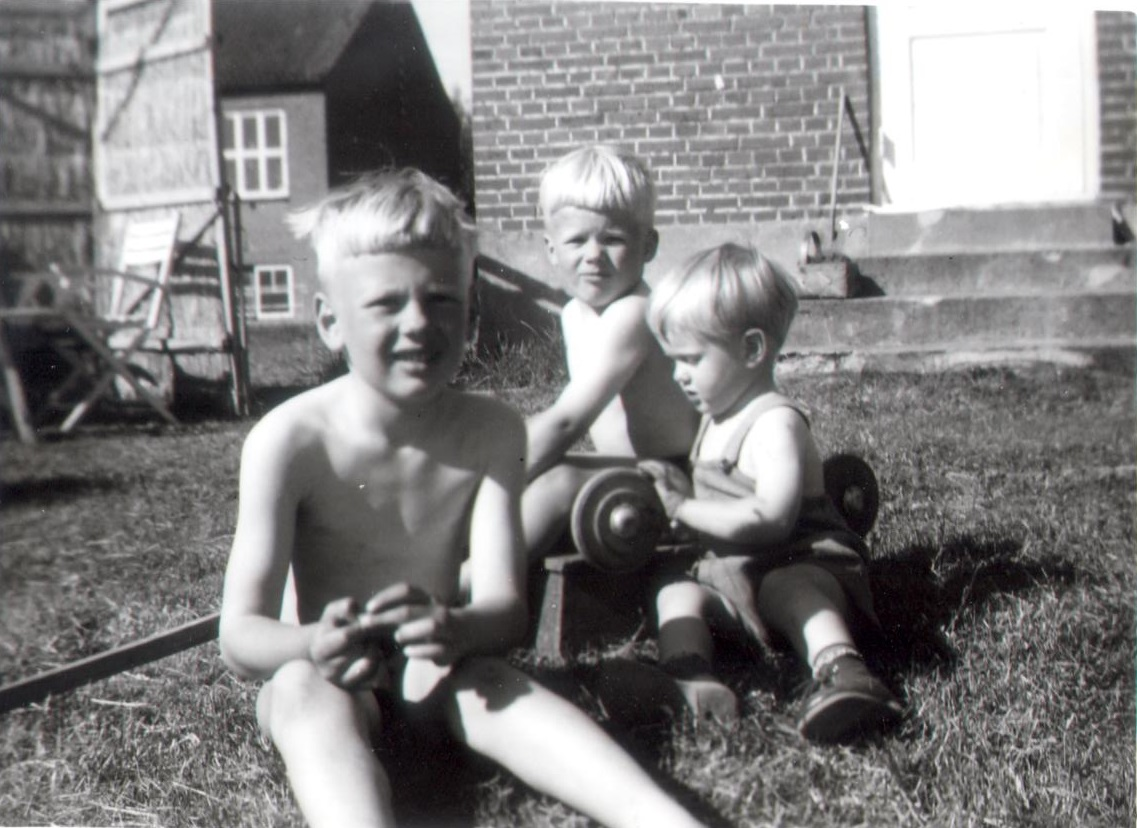 Olaf la Cour with little brother and big brother, summer 1961, Ilskov